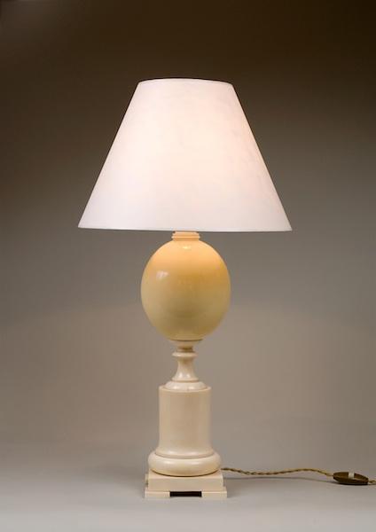 Lampe ivoire et oeuf d'autruche